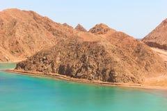 Mar y Mountain View de la bahía del fiordo en Taba, Egipto imagen de archivo