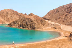 Mar y Mountain View de la bahía del fiordo en Taba, Egipto imágenes de archivo libres de regalías