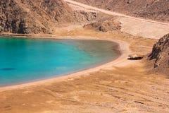 Mar y Mountain View de la bahía del fiordo en Taba, Egipto foto de archivo