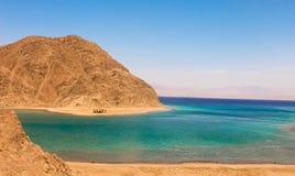 Mar y Mountain View de la bahía del fiordo en Taba, Egipto imagenes de archivo