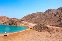 Mar y Mountain View de la bahía del fiordo en Taba, Egipto fotografía de archivo libre de regalías