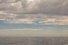 Mar y nubes azules en el cielo fotografía de archivo libre de regalías