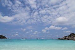 Mar y nubes azules en el cielo Fotografía de archivo