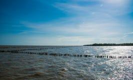 Mar y ondas con el cielo azul Fotografía de archivo libre de regalías