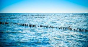 Mar y ondas con el cielo azul Fotos de archivo