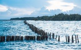 Mar y ondas con el cielo azul Fotos de archivo libres de regalías