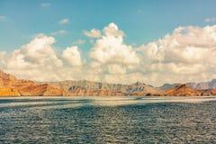 Mar y orillas rocosas en los fiordos del golfo de Omán, visión panorámica fotografía de archivo