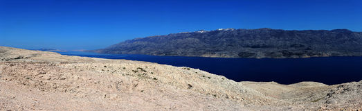 Mar y panorama de las montañas Imágenes de archivo libres de regalías