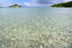 Mar y pequeña isla Fotos de archivo