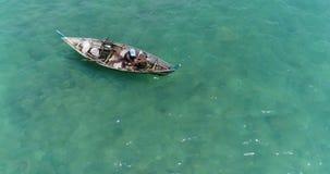 Mar y pescador en el barco almacen de metraje de vídeo