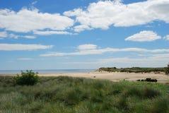 Mar y playa en el estuario de Aln del río en Alnmouth fotografía de archivo libre de regalías