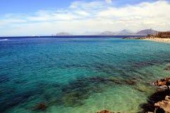 Mar y playa, isla de Sicilia Fotos de archivo libres de regalías