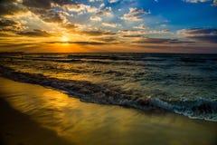 Mar y playa, puesta del sol hermosa de Dubai en la playa Fotos de archivo libres de regalías