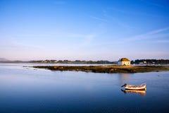 Mar y poca casa Imagenes de archivo