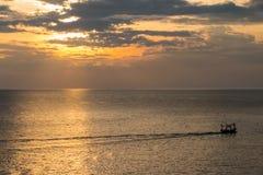 Mar y puesta del sol en el cielo Imagen de archivo