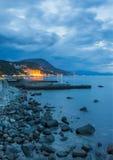 Mar y roca en la puesta del sol. Imagenes de archivo