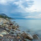 Mar y roca en la puesta del sol. Imagen de archivo libre de regalías