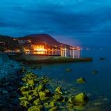 Mar y roca en la puesta del sol. Fotos de archivo libres de regalías