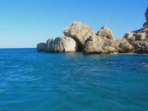 Mar y rocas imagen de archivo
