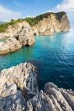 Mar y rocas claros Imagen de archivo libre de regalías