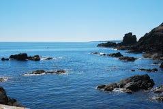Mar y rocas que relucir que parecen del sur de St. Abbs imágenes de archivo libres de regalías