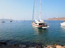 Mar y yate en la orilla del mar Mediterráneo imagenes de archivo