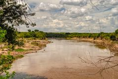 Mara River en el Maasai Mara National Reserve, parque nacional Kenia imagenes de archivo