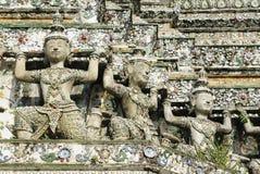 Mara skuldrastaty på väggen av Prang av Wat Arun (den Arun templet), Bangkok, Thailand Royaltyfri Fotografi