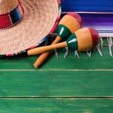 Maraca mexicano del sombrero de la frontera de madera del fondo de Mayo del cinco de México imágenes de archivo libres de regalías