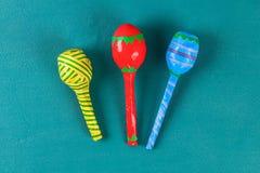 Maracas de Mayo del cinco de Diy de los huevos, de las cucharas y de los cereales en un fondo verde