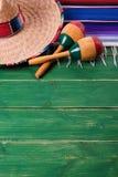 Maracas mexicanos del sombrero del fondo de la frontera de Mayo del cinco de México fotografía de archivo libre de regalías