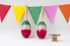 Maracas y banderas coloridas para la celebraci?n de Mayo del cinco imagen de archivo libre de regalías