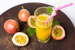 Maracuja-Fruchtsaft in einem Glas Lizenzfreie Stockfotografie