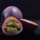 Maracuja & x28; hartstocht -hartstocht-fruit& x29; in humeurig natuurlijk licht die op dark plaatsen Royalty-vrije Stock Foto