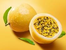 Maracuja, passion-fruit Photo libre de droits