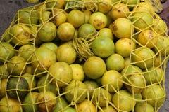 Maracuya frais de passiflore comestible de passiflore - maracuja- à un marché au Guatemala Image libre de droits