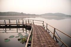 Marais en brouillard Images stock