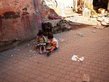 Marakesh, MARRUECOS - 18 de septiembre 2013: Niños que juegan en la calle Fotografía de archivo