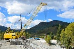 Maralnik, Repubblica di Altai, distretto di Ust-Koksinsky, Russia, 10 settembre, 2016 Nessuno, la costruzione della strada al vil Fotografie Stock