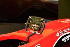 MARANELLO ITÁLIA - 17 DE MAIO DE 2016: Simulador público do carro de corridas em Ferrari F1 com grande audiência Fotografia de Stock