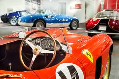"""Maranello Italien †""""Juli 26, 2017: Instrumentbräda- och styrninghjul av den klassiska sporten för röd tappning, racerbil Ferrar arkivfoton"""