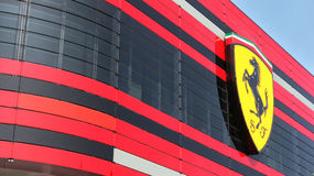MARANELLO, MÓDENA, ITALIA, AÑO 2017 - fábrica de Ferrari, entrada del nuevo establecimiento industrial Imagen de archivo libre de regalías