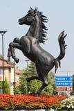 MARANELLO, MÓDENA, ITALIA, AÑO 2017 - monumento del caballo de Ferriari en la ciudad Imagen de archivo libre de regalías