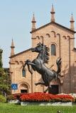 MARANELLO, MÓDENA, ITALIA, AÑO 2017 - monumento del caballo de Ferriari en la ciudad Fotos de archivo