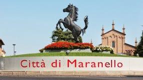 MARANELLO, MÓDENA, ITALIA, AÑO 2017 - monumento del caballo de Ferriari en la ciudad Imagen de archivo