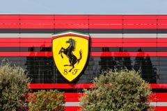 MARANELLO MODENA, ITALIEN, ÅR 2017 - Ferrari fabrik, ingång av den nya industriföretaget Royaltyfri Bild