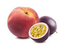 Maraquia för persikapassionfrukt som isoleras på vit bakgrund Arkivbilder