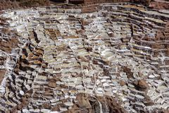 Maras, Perú: planos pre incan de la sal inca del viaje de la sal fotografía de archivo
