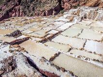 Maras, Peru 27 MEI 2012: Zoute verdampingsvijvers Salinas DE Maras in de Heilige Vallei Stock Foto's