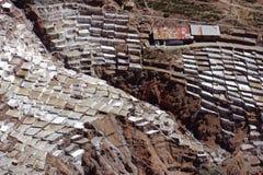 Maras, Peru: vor Inkasalzebenen Salzreiseinka stockfotos